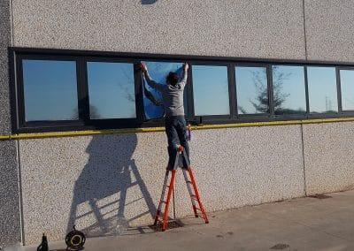 Applicazione pellicole anticalore su finestre capannone